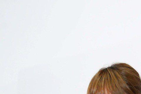 阿福月底辦新歌演唱會,唱片公司有請帥哥教練HERO祖雄「誘惑」宅女健身,阿福放棄摸教練胸肌的福利,因為已經有了「友達以上,戀人未滿」的「好朋友」。也許是怕「好朋友」生氣。阿福這位「友達以上,戀人未滿...
