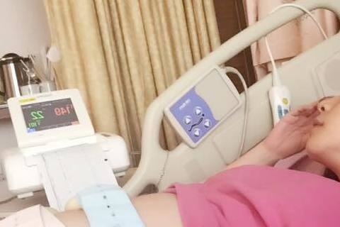 女星徐若瑄懷孕已進入26周,為了腹中「李V寶」持續臥床安胎,因為不能下床走路,很多事都要麻煩別人,久了心情也很不好,但好消息是肚中的寶貝有和她一起努力著,她昨日在臉書中寫下「醫生希望28週時、要有1...