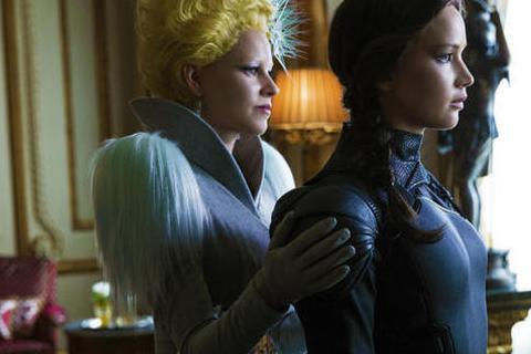 「飢餓遊戲3:自由幻夢(下部)」(The Hunger Games: Mockingjay)發布了正式劇照,劇照只見好萊塢導演兼女星伊麗莎白班克斯扮演的女主持人,和珍妮佛勞倫斯飾演的凱妮絲兩人站在一...