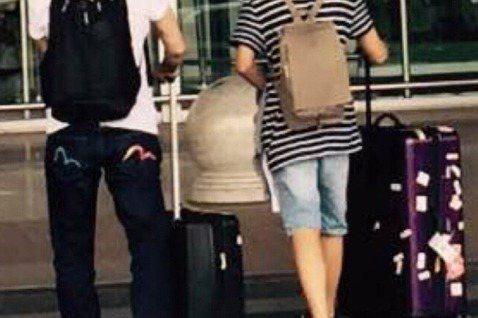 哈林(庾澄慶)昨天在微博寫下「爺倆!」二子,同時曬出與兒子在機場的照片。照片僅有背影,不過看得出哈利逐漸長高,再過不久就要比老爸高啦!網友除了對父子倆出現在同一個畫面感到很溫馨,還注意到兩人的行李箱...