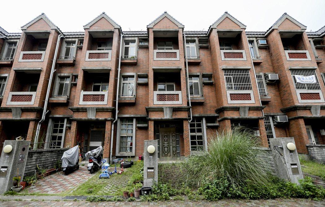 竹山鎮柯子坑震災住宅使用率極低,目前入住戶數少,沒人居住的住宅前院草長得比人高,...