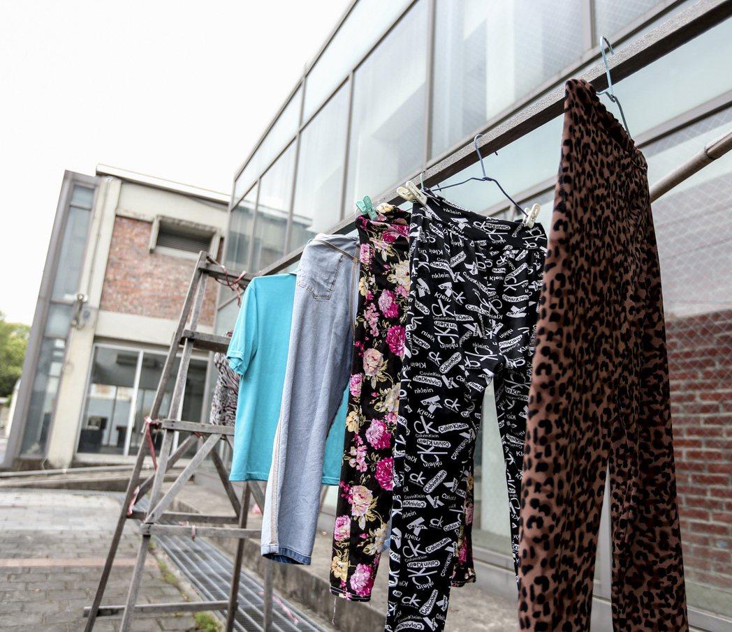 竹山鎮地方產業交流中心淪為蚊子館,場館外甚至還有民眾架起欄杆曬衣服。 記者黃士航...