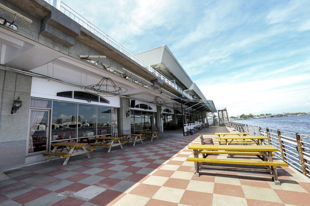 台南碧海碼頭進駐的商家幾乎都關門大吉。 記者黃士航/攝影