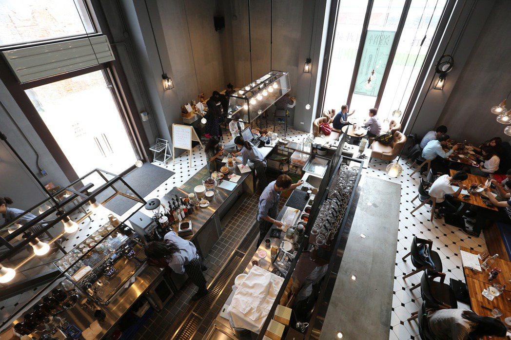 高雄駁二藝術特區成功轉型,吸引多家藝文餐廳進駐。 記者劉學聖/攝影