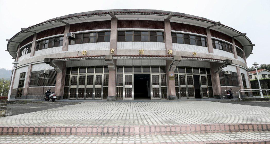 中興新村的小巨蛋大門,已深鎖多年。 記者黃士航/攝影