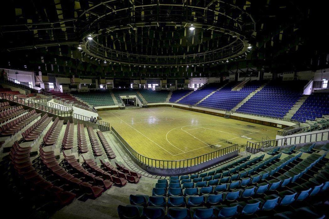 中興新村小巨蛋,場館內多處地板腐爛,觀眾席椅子與部分球場照明設備仍堪用。 記者黃...