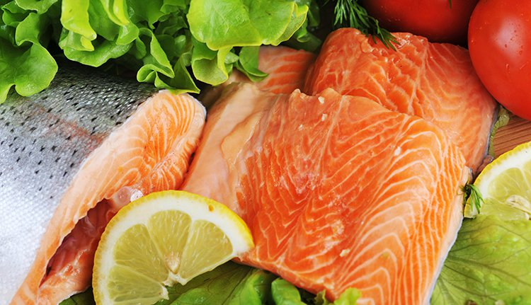 要從食物中攝取維他命D的話,可以多吃點魚類、藻類,多喝點牛奶。 圖/ingima...