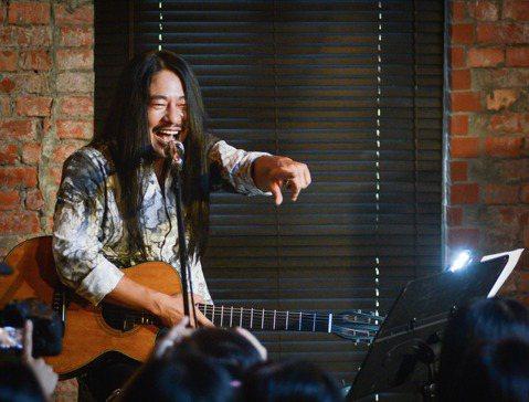 搖滾掛的亂彈阿翔收起搖滾魂,2日在離線咖啡舉辦「彈,木吉他」演唱會,他一個人與2把木吉他,僅有百人粉絲有緣聽到亂彈阿翔另一種小清新風格的演唱。