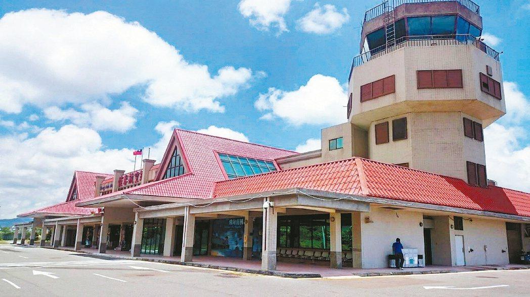 十年前的恆春機場就是空蕩蕩的蚊子館,十年後機場還是等嘸人,前途茫茫。 記者潘欣中...