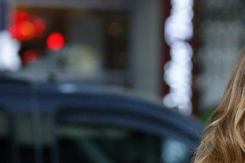 這兩天好萊塢熱門話題之一是瑪麗亞凱莉要為Hallmark頻道,自導自演耶誕電視電影,以往升格當導演的女星,有好幾位演技精湛,曾得到小金人肯定,指導演員做戲還可令人信服,瑪麗亞以往演戲常被抨擊,讓人好...