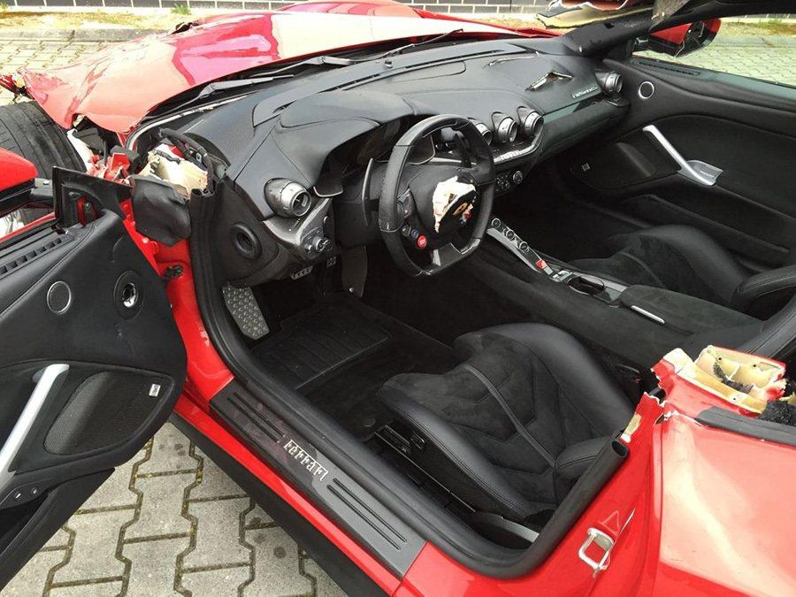 駕駛與副駕駛的氣囊都爆開了。 摘自worldcarfans.com