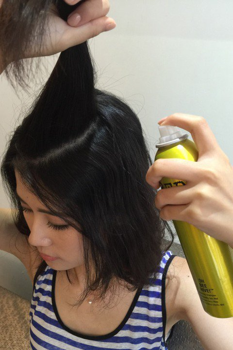 使用澎鬆噴霧或乾洗髮造型產品均勻噴撒於髮根及髮中。圖/KAI、ROYAL