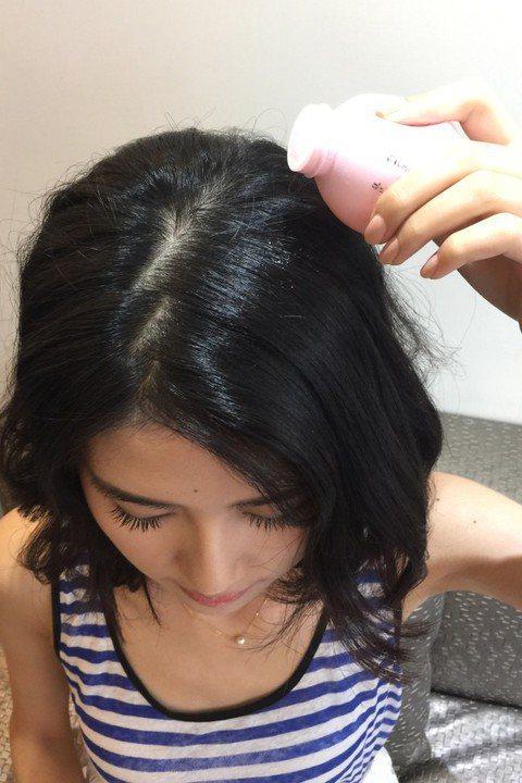 使用澎澎粉於髮根、髮中處製造出更加自然的豐盈效果。圖/KAI、ROYAL