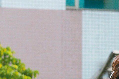 GJ蔣卓嘉的首波主打「預告」早已搭配三立華劇「他看她的第二眼」主題曲試水溫,如今「預告」MV也曝光,找來「他」劇女主角魏蔓助陣,只是兩人穿冬衣,還得頂著36度高溫拍攝,一天下來幾乎快脫水、虛脫。