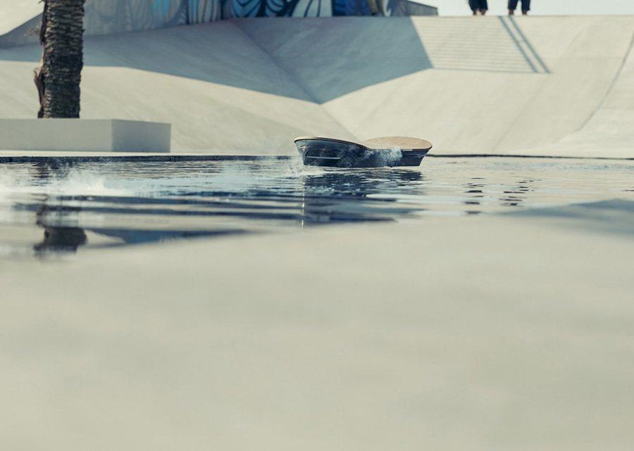Hoverboard漂浮滑板真的能在水上滑行。 Lexus提供