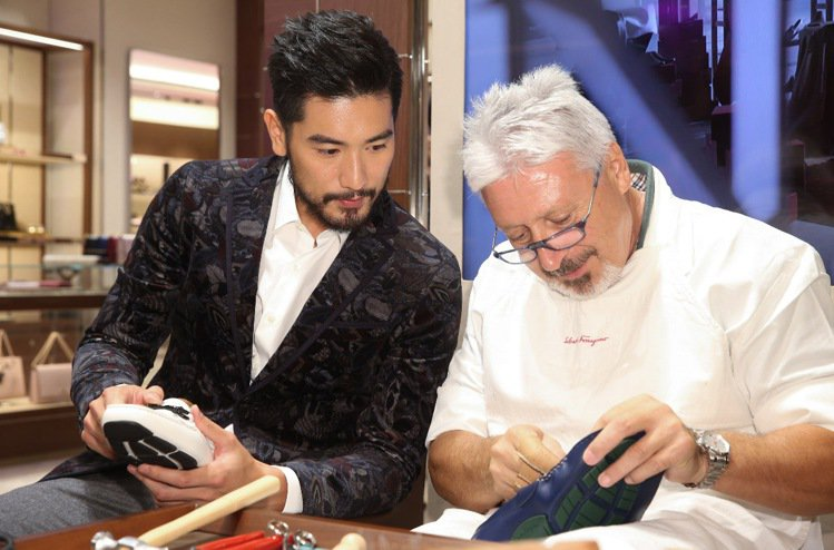 Salvatore Ferragamo發表全新男性訂製開車鞋系列,邀請高以翔(左...