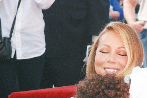 「花蝴蝶」瑪麗亞凱莉美國洛杉磯時間5日在好萊塢星光大道留下屬於自己的星星,擁有「一席之地」。近來因有新戀情春風得意的她,帶著4歲的龍鳳胎出席留名典禮,兩位萌兒爭相登場找媽媽,尤其兒子「超搶戲」,不但...