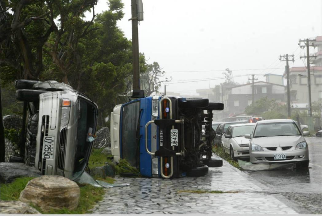 強烈颱風海棠讓首當其衝的花蓮風大雨大,甚至連停放在路邊的車輛都被強烈的陣風吹到翻...