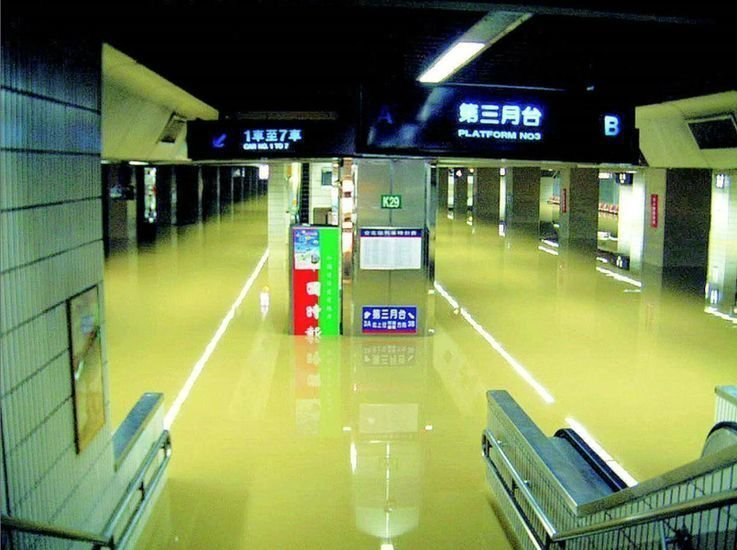 當時台北車站和捷運板南線,都因為納莉風災而嚴重淹水,幾個月才清理乾淨。大水漫進台...