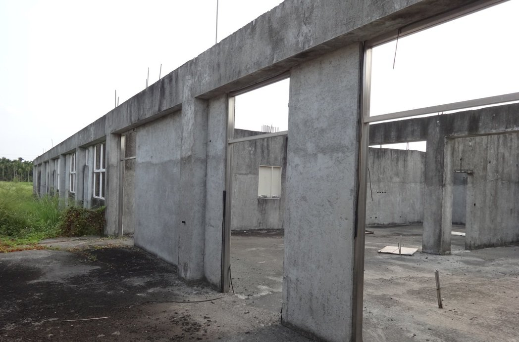 屏東崁頂長期照護中心只蓋了一樓外牆和隔間就停建迄今,工地如今猶如廢墟。 圖/崁...