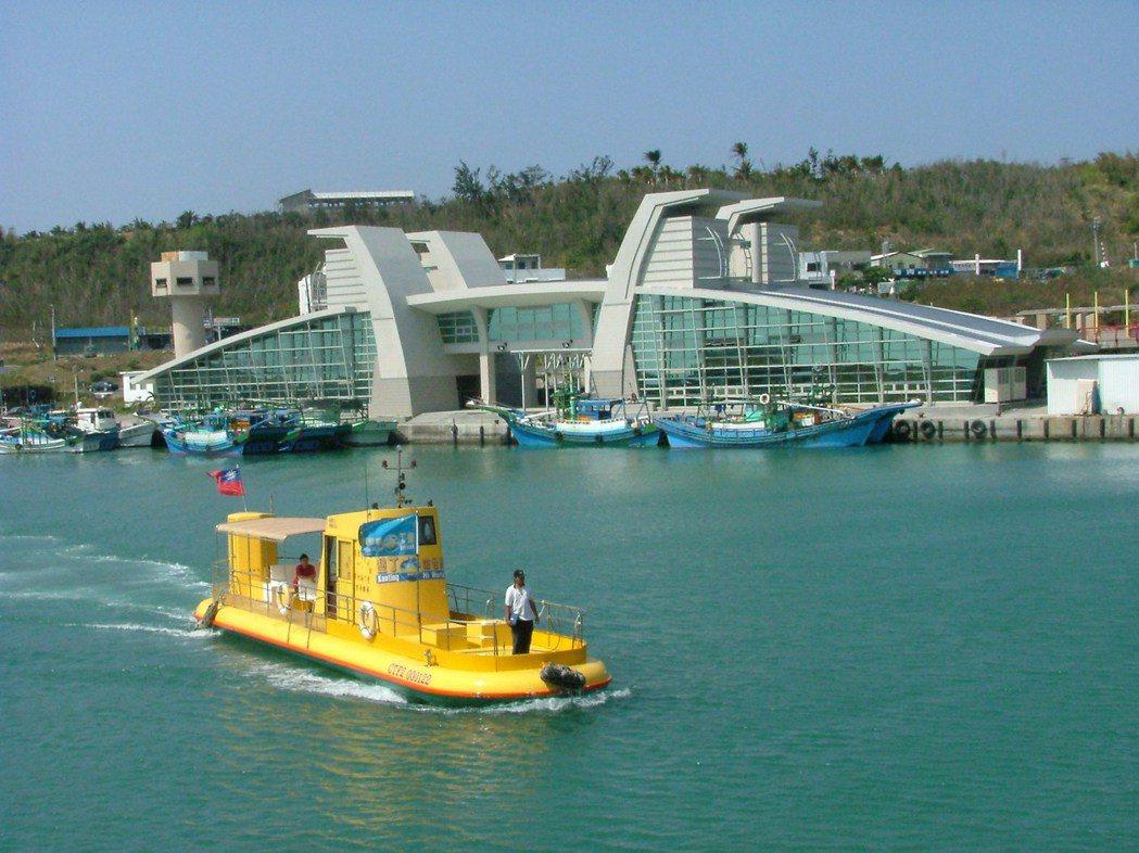 屏東縣恆春朝觀光業發展後,後壁湖漁港增建遊艇港,如今進出後壁湖的遊艇比漁船還多。...