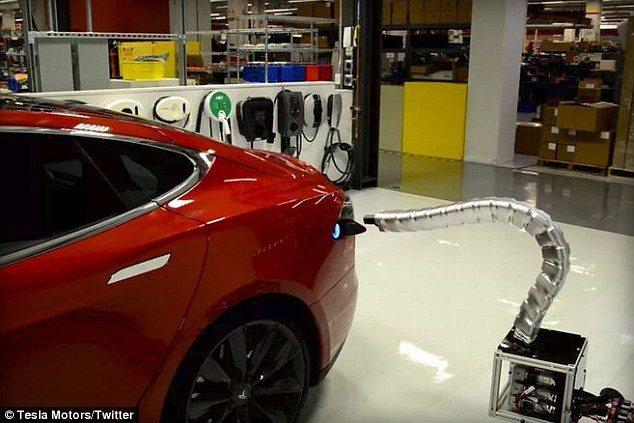 Tesla這種金屬蛇充電器堪稱懶人充電裝置,車主不用下車,更不用動手。 圖/Te...