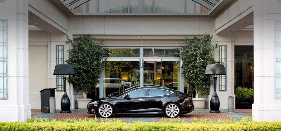 Tesla也在大賣場和餐廳飯店設壁掛式充電器,提供終點式充電服務。 圖/Tesl...