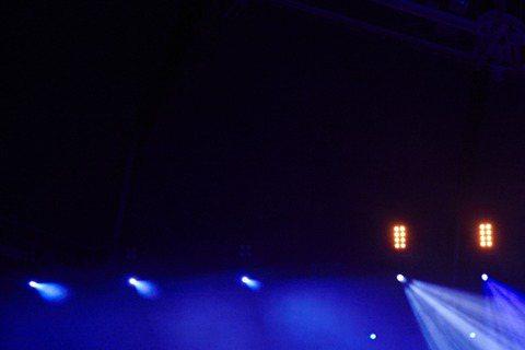 韓團INFINITE第二次巡迴演唱會9日在首爾開跑,一連2天在首爾奧林匹克運動場登場,共吸引1萬8千人到場。團員Hoya腳傷復發,硬撐完開場3首舞曲,隨後傷部不堪負荷,改坐椅子上演唱;演唱會也首次表...