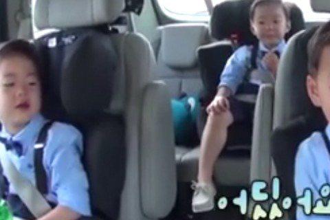 近日,KBS 2TV綜藝節目《超人回來了》節目組通過NAVER TV CAST公開了本周日(8月2日)播出的新一期預告,宋一國的三胞胎大韓民國萬歲十分搶鏡。預告中,三胞胎和爸爸宋一國一同乘車外出,二...