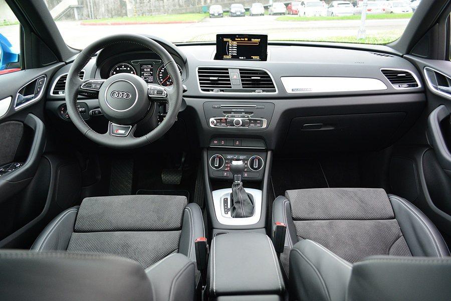 Q3的整個座艙鋪陳,維持德系車一貫的簡約與精緻化,沒有太複雜的線條,但用料頂級,...