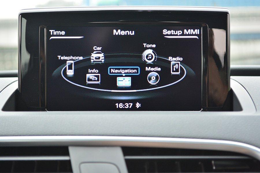 中控台有3.5吋可摺疊藏的螢幕,內建3G Plus的MMI多媒體系統,整合影音娛...