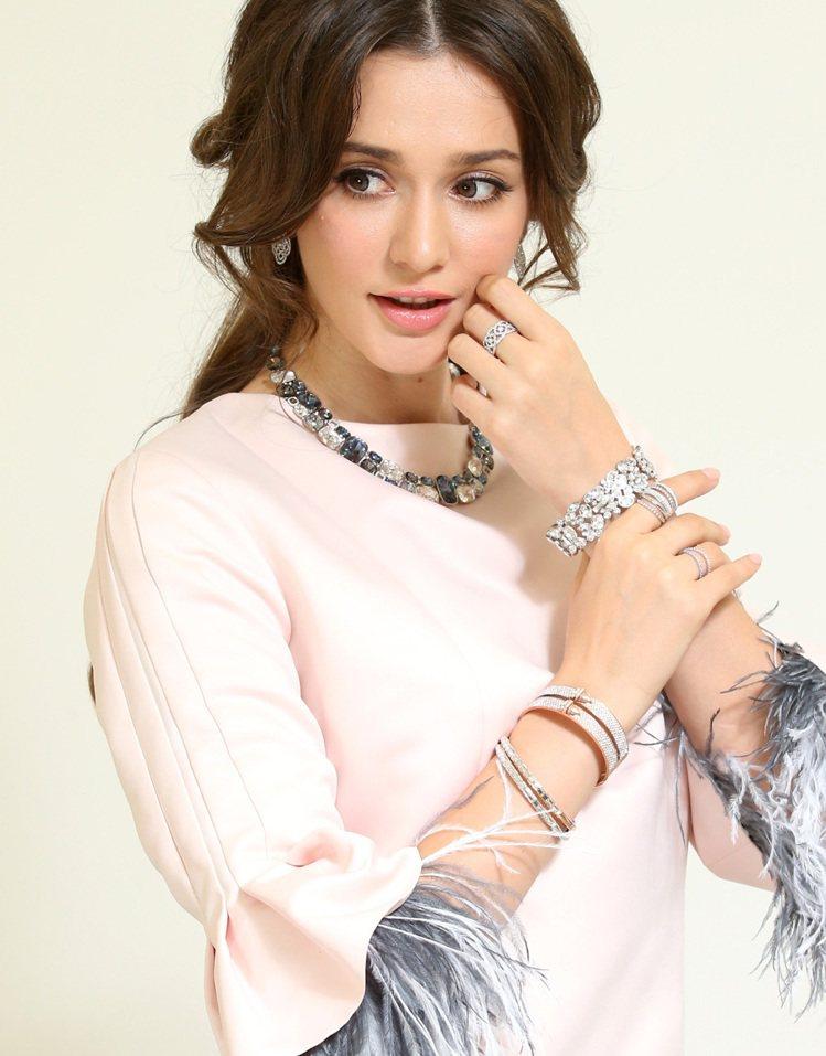 瑞莎配戴施華洛世奇秋冬系列,展現醉人藍調魅力,項鍊、耳環、手環部分新品9月上市。...