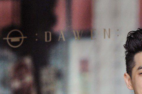 王大文被唱片公司封為「情歌世界的大仁哥」,新專輯從主打「這些花要送給你」就浪漫滿分,形象一直很陽光正面的他卻說,來台3年,一切都很有趣很精采,但正如專輯名稱所說,還是偶爾有不快樂的時候,「就是身邊少...