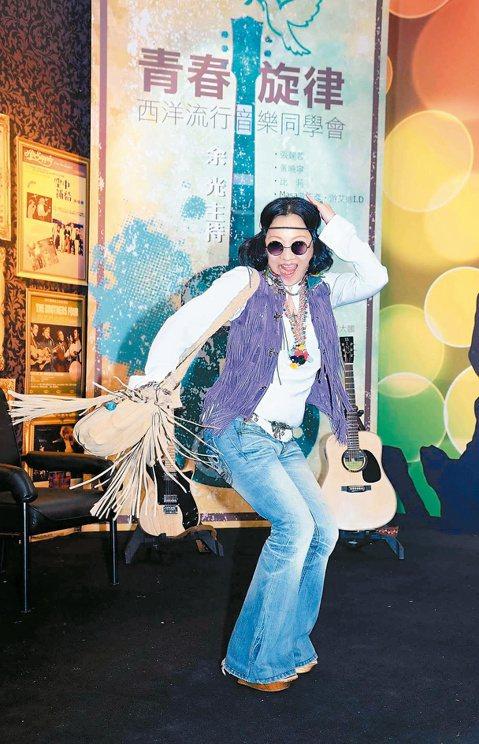10多年沒正式登台的比莉,10日特地穿上價值10幾萬台幣的紫色流蘇背心及喇叭褲,為10月3日登場的「青春旋律-西洋流行音樂同學會」錄影宣傳,或許是太久沒唱,她覺得既興奮又緊張,熱愛豹紋的她,還誇口要...