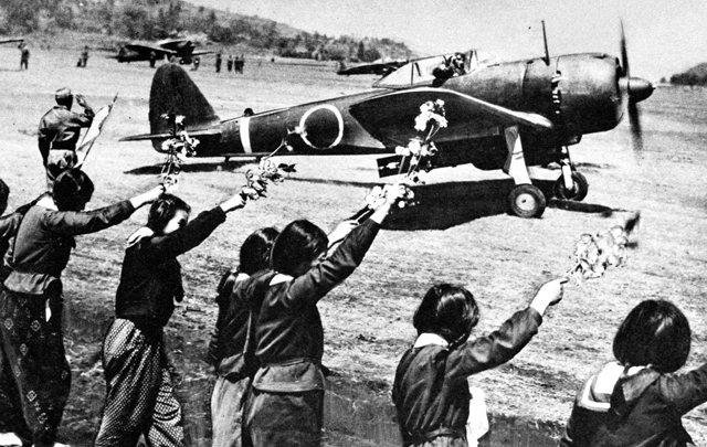 日本女高生歡送駕駛一式陸上戰鬥機執行神風任務的隊員。 photo cedit:米軍が押収した戦場写真集 cc by Wikipedia.org