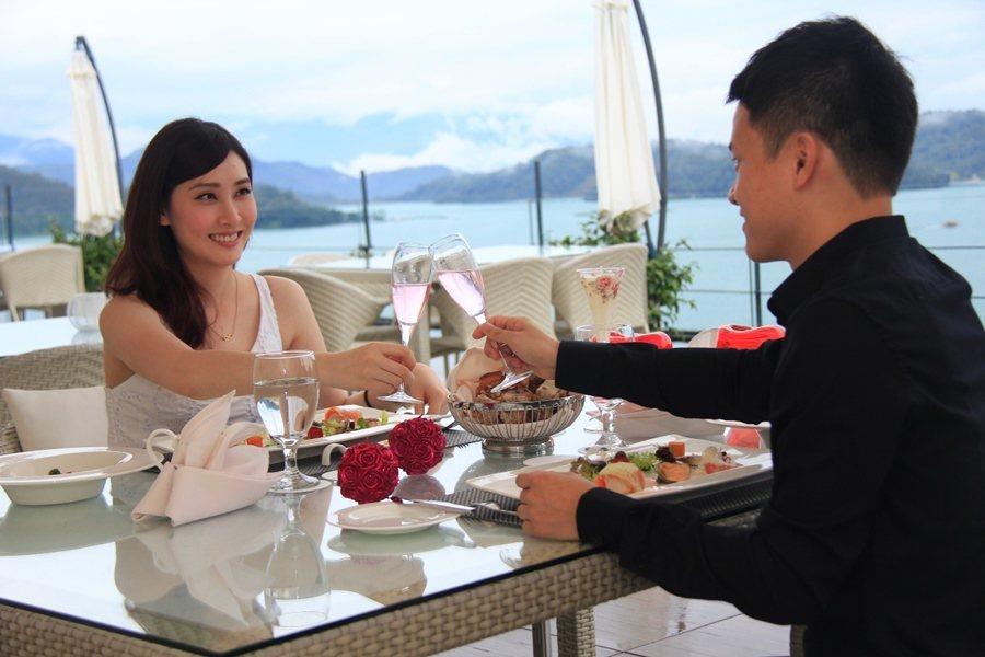 雲品溫泉酒店Sky_Lounge推出浪漫法式套餐,有澳洲9級和牛紐約客主菜,搭義大利紅白酒品嘗海陸佳餚,每人3,800+10%。。 圖/雲朗觀光集團提供
