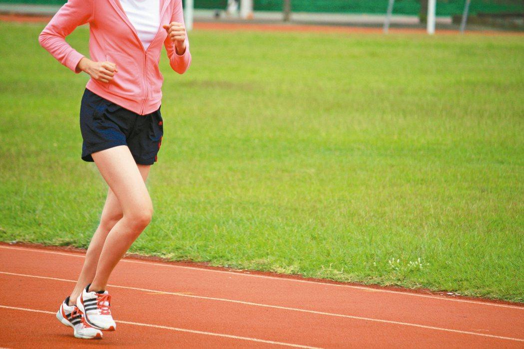 如果你常常跑到自己膝蓋痛、腰痠背痛,那很有可能是以錯誤姿勢在慢跑。 報系資料照