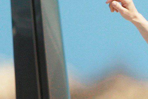 32歲的安海瑟薇和老公亞當沙爾曼感情如膠似漆,到地中海度假,登上知名設計師友人的遊艇,逍遙放大假。身穿比基尼的安海瑟薇似乎注意到有狗仔在旁偷拍,始終小心翼翼,不是蓋上浴巾、穿上罩袍、就是跳入海裡。安...