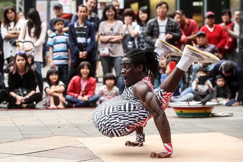 街頭藝人考證制度如何翻轉,如何設計,是一堂台灣社會需要反思的廣場民主課。 圖/聯...