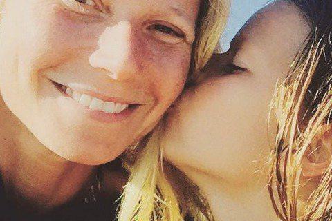 好萊塢明星升格當爸媽後,有人努力保護孩子不在鏡頭前曝光,但也有人喜歡兒女頻頻亮相。這陣子葛妮絲派楚和馮迪索都大方在IG曬兒,讓人感受到親情的溫暖。葛妮絲派楚與11歲的女兒艾波感情好,這個星期母女一起...