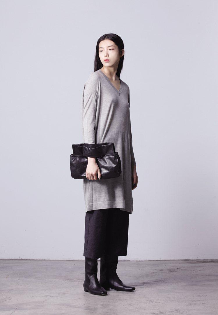 JAMEI CHEN 美麗諾羊毛針織洋裝,11,800元;搭配防水透氣羊毛褲,1...