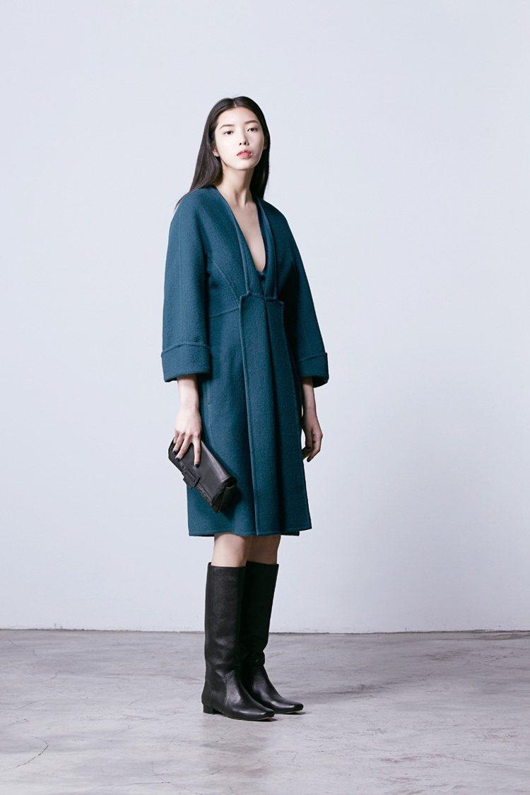 JAMEI CHEN 孔雀藍深V緞面洋裝,22,800元;搭配雙面小羊毛翻領大衣...