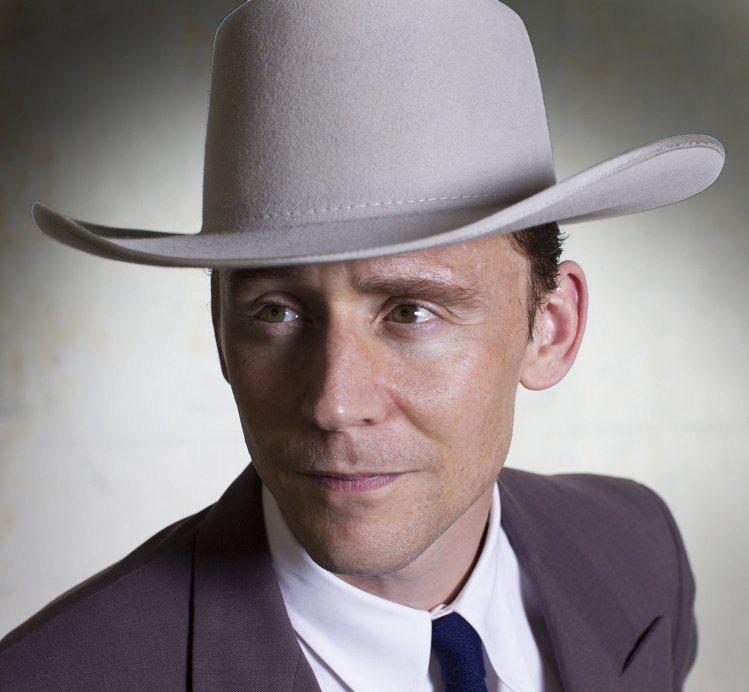 湯姆希德斯頓飾演美國傳奇歌手漢克威廉斯造型曝光。圖/擷自popsugar.co