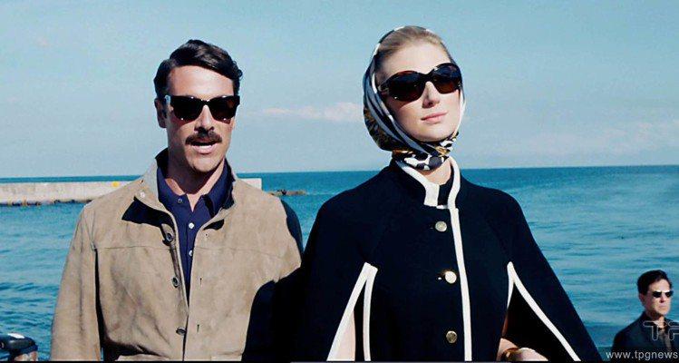 Elizabeth Debicki(右)演出《紳士密令》。圖/達志影像