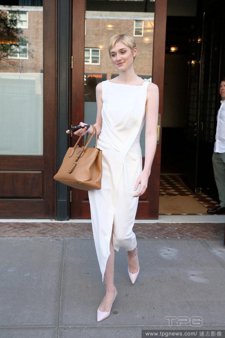Elizabeth Debicki 簡約的白色洋裝搭雙尖頭高跟鞋就好好看!圖/達...