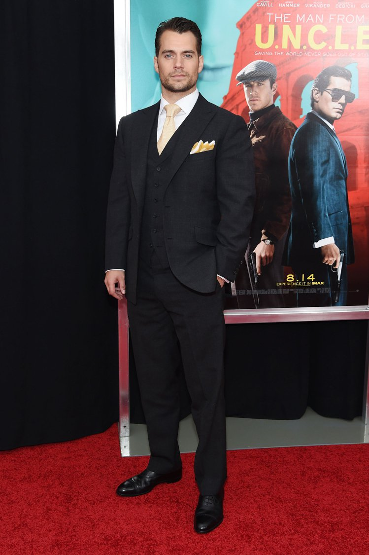 亨利卡維爾日前出席電影《紳士密令》紐約首映會,穿了一身dunhill精心打造的訂...