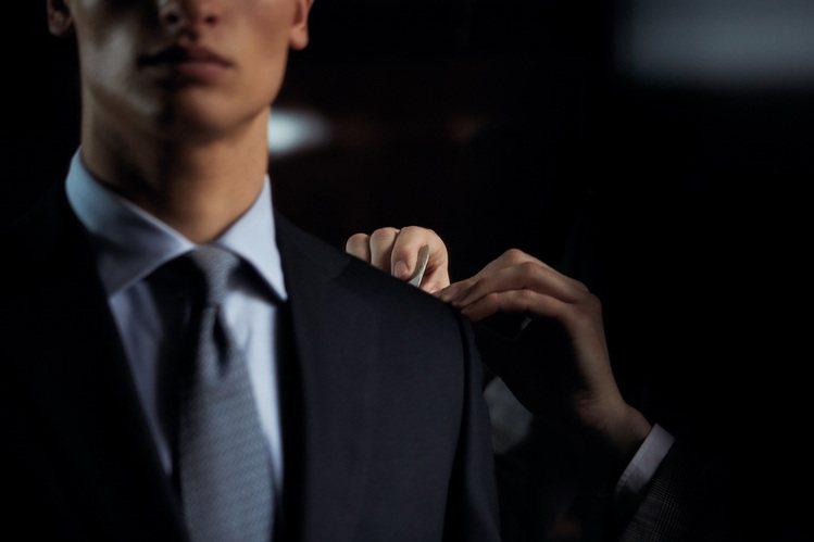 dunhill訂製西服針對每一位消費的個人化需求打造獨一無二的專屬服飾。圖/du...
