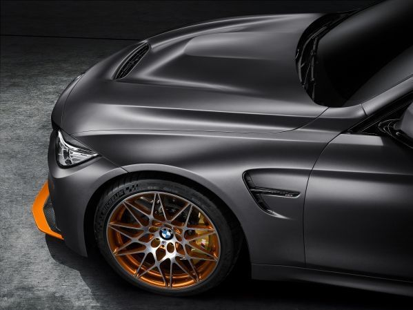M4 GTS車身塗裝採用暗冰灰色塗裝,在前分流器則加上酸橙色鮮明比的飾板。另配上...