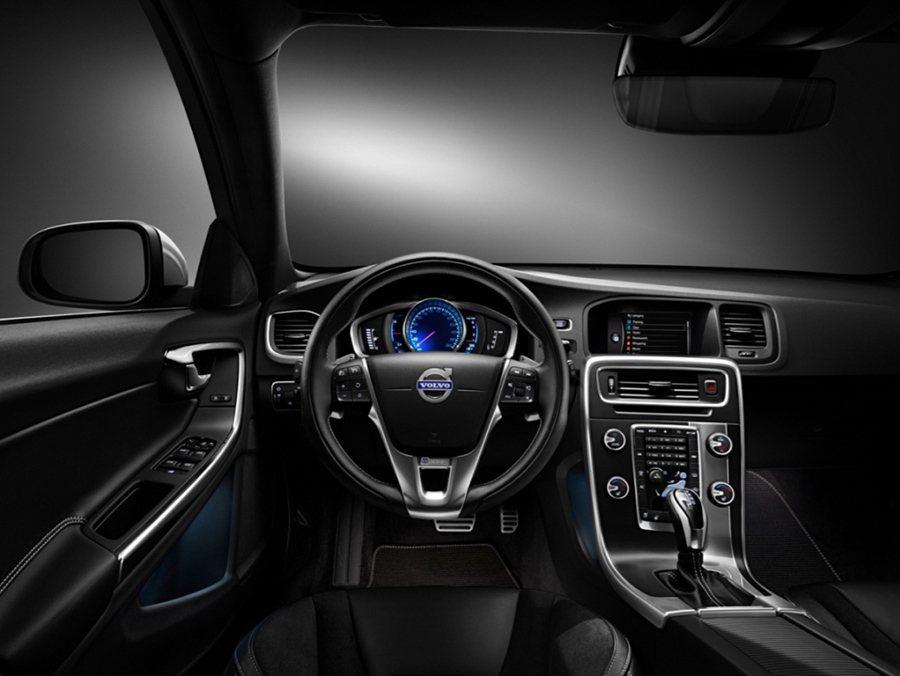 R-Design車型採用眩黑色系的內裝鋪陳並標配 Blue Dial 藍色數位儀...