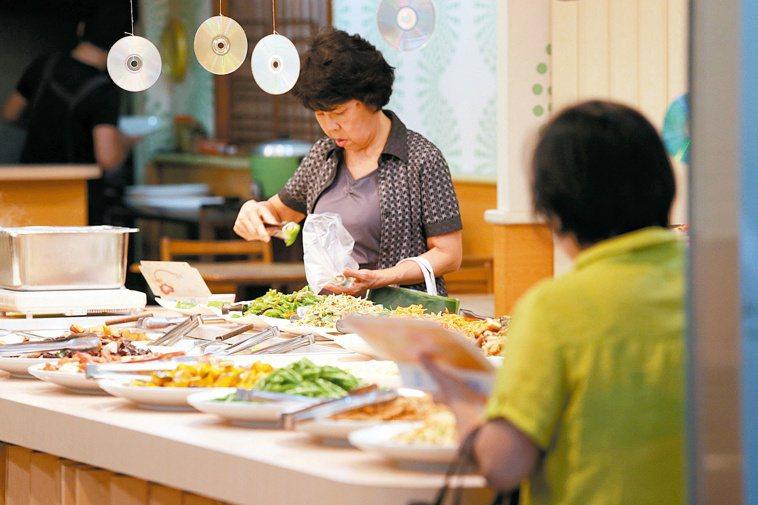 台灣外食人口超過千萬人,但容易營養不均。 報系資料照